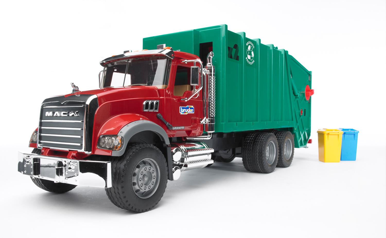 Mack Мусоровоз, многофункциональная задняя загрузкаМусоровозы<br>Bruder мусоровоз Mack с задней загрузкой мусорных корзин, со складывающимися зеркалами, с открывающимся капотом, дверьми и многофункциональной задней загрузкой. Длина мусоровоза - 70 см.<br>