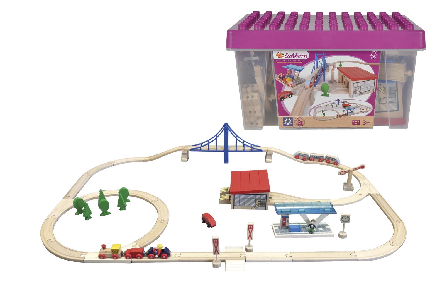 Набор деревянной железной дороги с мостом, депо и аксессуарами, 58 деталей в пластиковом ящикеДетская железная дорога<br>Набор деревянной железной дороги с мостом, депо и аксессуарами, 58 деталей в пластиковом ящике<br>