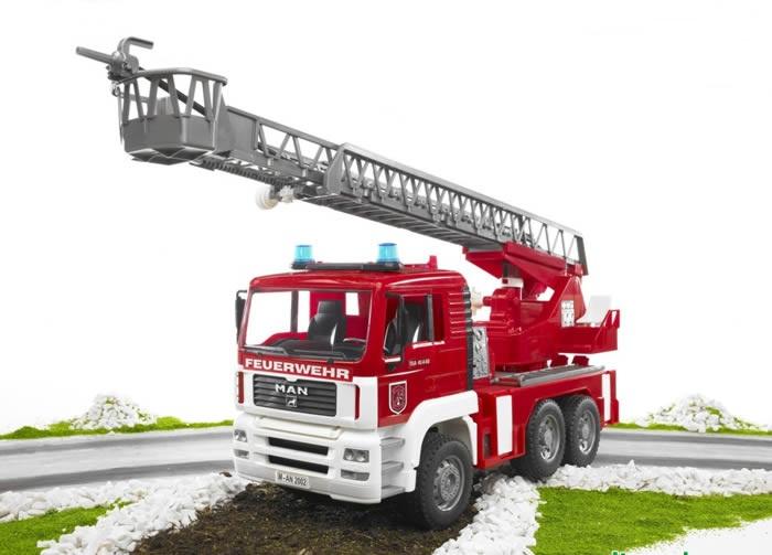Man - Пожарная машина с функцией разбрызгивания водыПожарная техника<br>Игрушечная пожарная машина Man фирмы Bruder.<br>Данная машинка обладает реалистичной функцией разбрызгивания воды, как настоящая...<br>