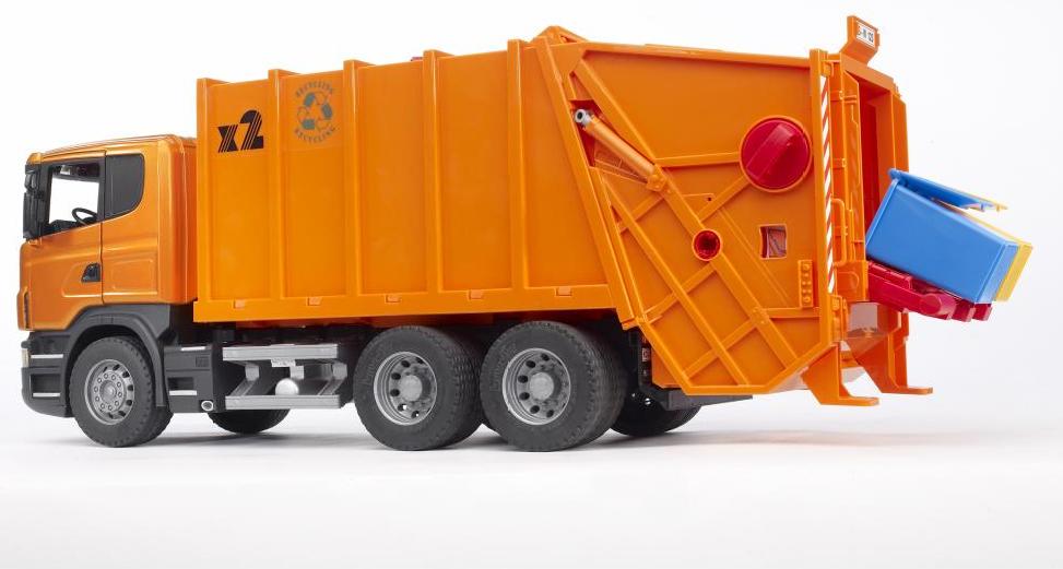 Мусоровоз Bruder Scania оранжевый, с подвижным контейнеромМусоровозы<br>Оранжевый мусоровоз Bruder Scania с задней загрузкой мусорных корзин. Кабина откидывается (можно увидеть двигатель машины), двери кабины открыва...<br>