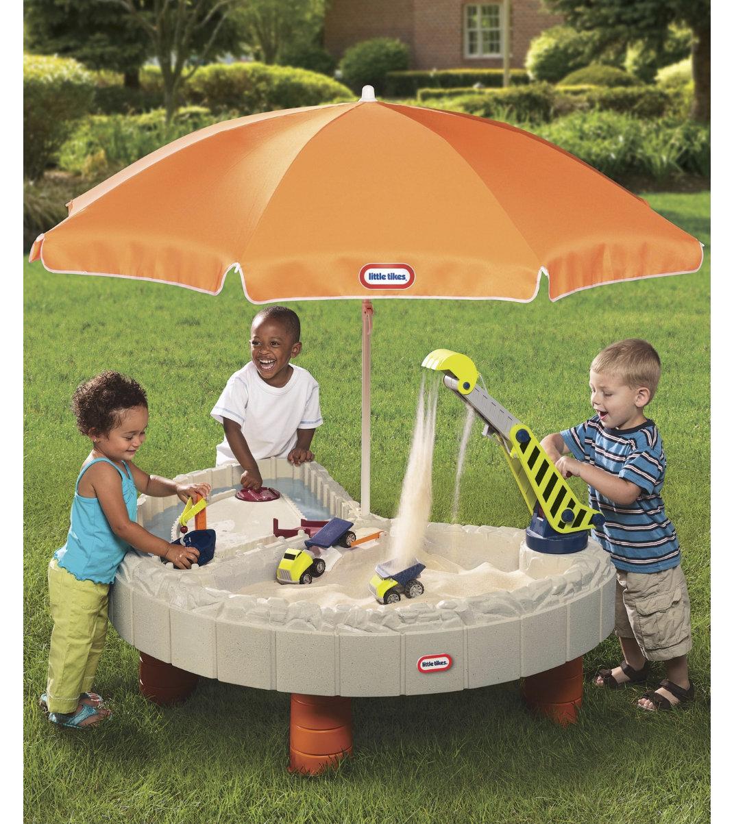 Стол-песочница с зоной для воды и зонтомДетские песочницы<br>Большой игровой набор Стол-песочница с зонтом станет незабываемым подарком для любого ребенка. Это отличная игрушка для веселой игры на воздухе в весенне-летний период. <br>Большой зонт защитит детей от солнца.<br>