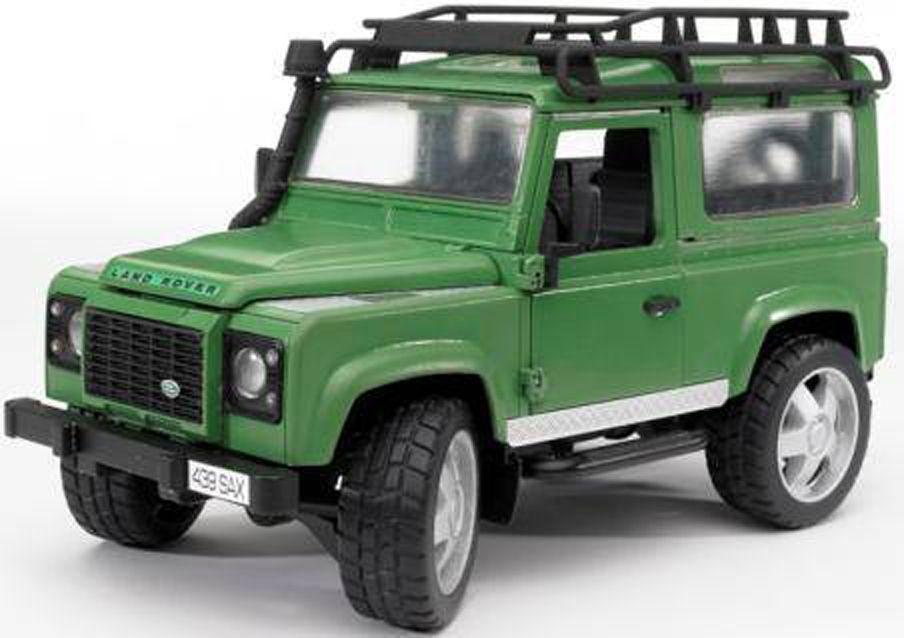 Внедорожник Bruder Land Rover DefenderЭвакуаторы и внедорожники<br>Игрушечный внедорожник Land Rover Defender с поднимающимся и фиксирующимся в поднятом положении капотом (можно увидеть двигатель), с открывающимис...<br>