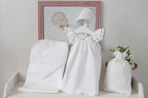 Крестильный набор для девочки 3-6 месяцев – Пелагея, 4 предмета, белый/сереброКрестильные наборы<br>Крестильный набор для девочки 3-6 месяцев – Пелагея, 4 предмета, белый/серебро<br>