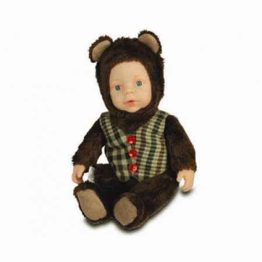 Кукла из серии «Детки - мишки» в жилете, 23 см.Куклы детки ANNE GEDDES<br>Кукла из серии «Детки - мишки» в жилете, 23 см.<br>