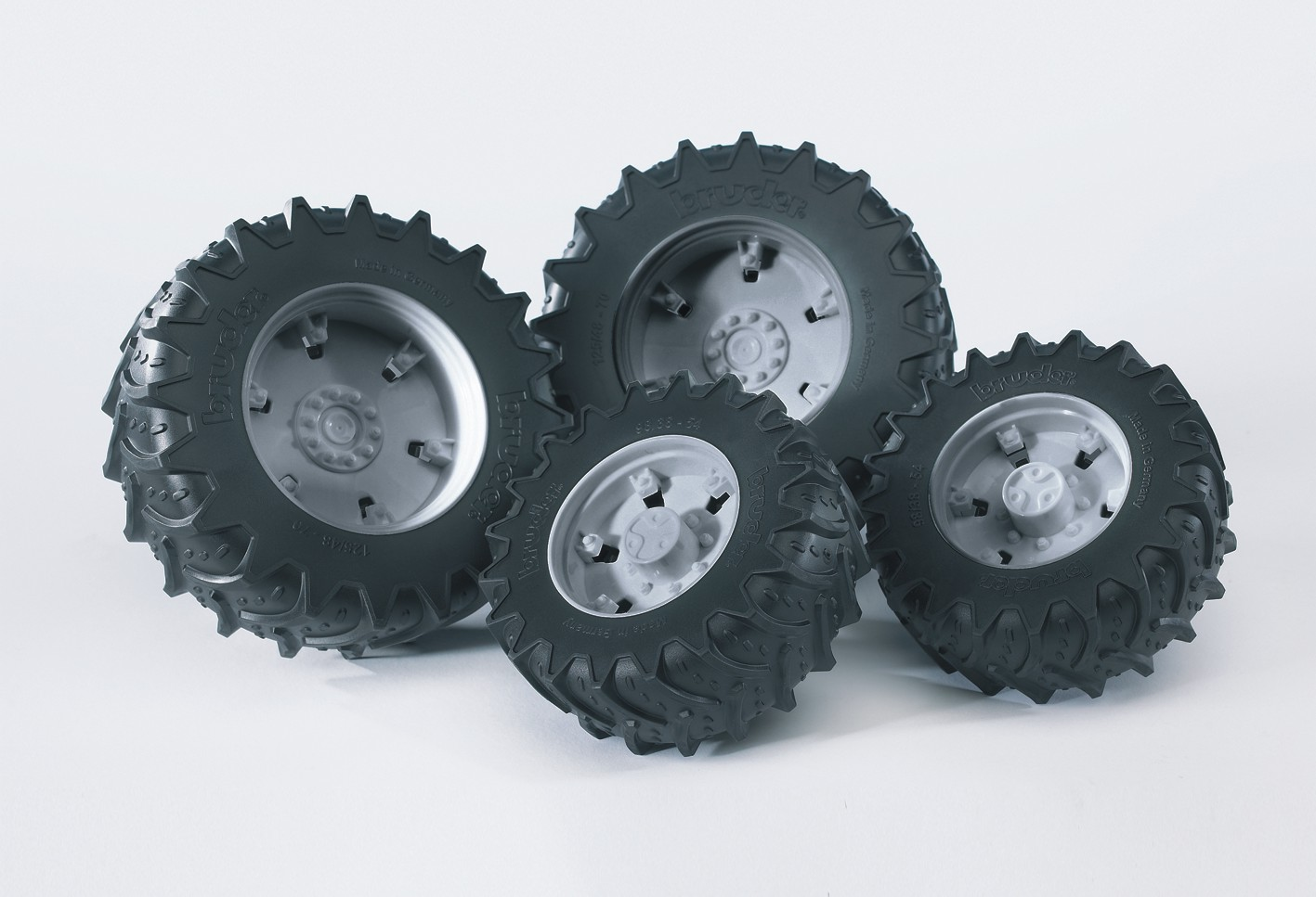 Bruder. Шины для системы сдвоенных колес с серыми дискамиАксессуары<br>Bruder. Шины для системы сдвоенных колес с серыми дисками<br>