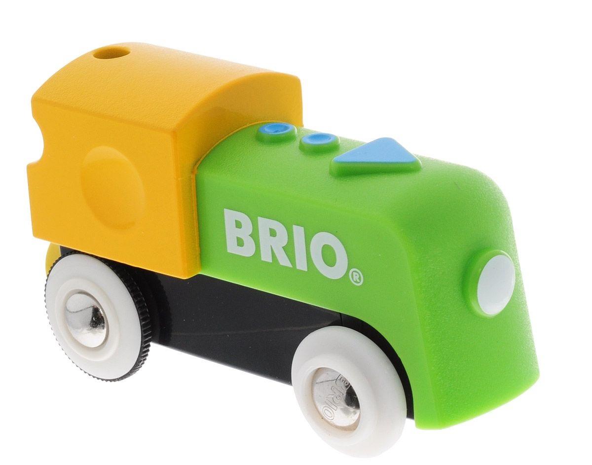 Мой первый паровозик на батарейках движется вперед.