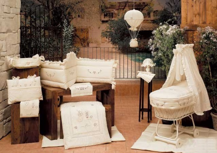 картинка Одеяло серии Сладости из коллекции 4 времени года для кроватки из ткани пике с вышивкой от магазина Bebikam.ru