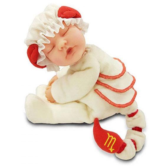 Кукла-младенец из серии Знаки зодиака – Скорпион, 23 см.Куклы детки ANNE GEDDES<br>Кукла-младенец из серии Знаки зодиака – Скорпион, 23 см.<br>