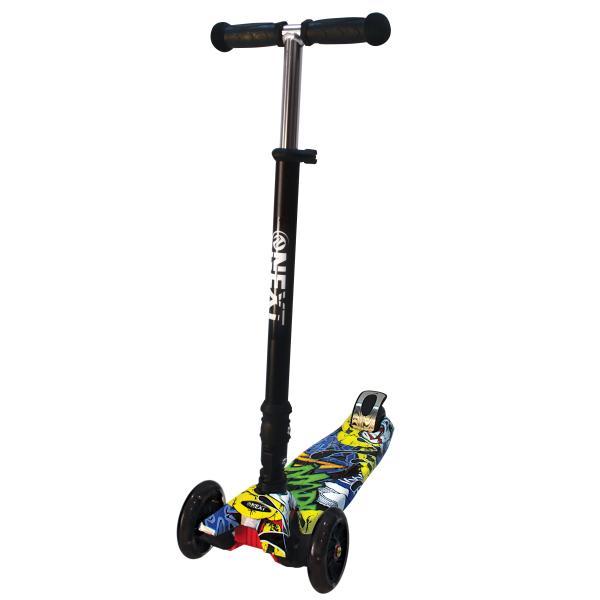 Купить Самокат 3-колесный складной, управление наклоном, светящиеся колеса 120 и 76 мм., цвет – черный с разноцветным принтом, Next
