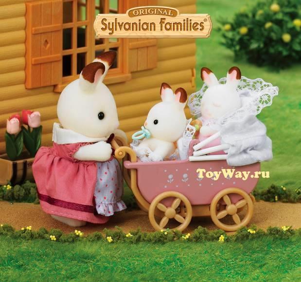 Sylvanian Families - Двойняшки Филипп и Николь в коляскеСемьи и малыши<br>Набор Малыш и детская кроватка включает в себя фигурку крольчонка, кроватку и постельное бельё...<br>