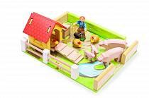 Игровой набор - Сарай с курицами, свиньями и уборщиком (Le Toy Van, TV404)